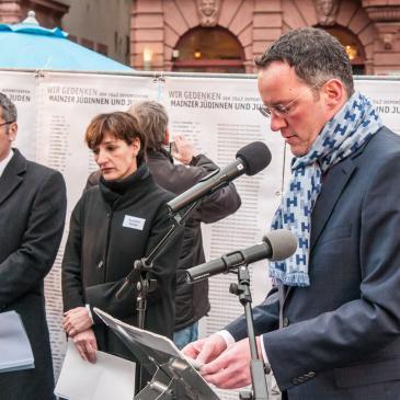 """Michael Ebling, Marianne Grosse und Hendrik Hering bei der Gedenkveranstaltung """"Deportationen der Mainzer Juden – Gedenken zum 75. Jahrestag"""""""